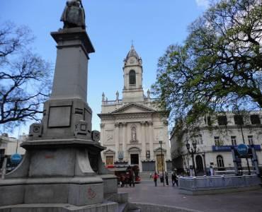 La Emblematica Plaza Flores con la basílica al fondo